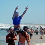 Gustavo Borges e Jonas Brocca carregam o campeão Iuri Silva - Foto Torrica Photosurf Club